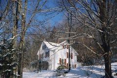 Haus im schneebedeckten Holz, Stockfotos