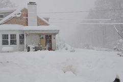Haus im Schneesturm Stockfotos