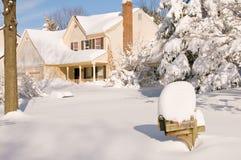 Haus im tiefen Winterschnee Stockfoto
