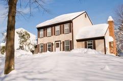 Haus im tiefen Winterschnee Stockbild