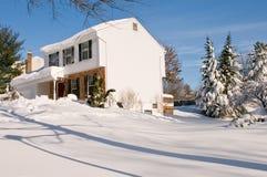 Haus im tiefen Winterschnee Lizenzfreie Stockbilder