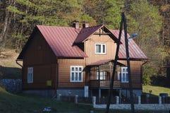 Haus im Wald mit Bäumen, Ojcow, Polen, 10 29 2005 Stockfoto