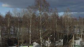 Haus im Wald mit einem Spielplatz stock video