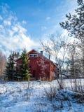 Haus im Wald, voller Tag des Winters Lizenzfreie Stockbilder