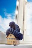 Haus im Winter - Heizsystemkonzept und kaltes Schneewetter Stockbilder