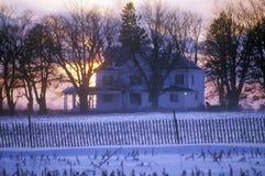Haus im Wintersonnenuntergang lizenzfreies stockbild
