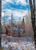 Haus im Winterwald Lizenzfreie Stockbilder