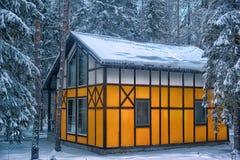 Haus im Winterwald Stockfoto
