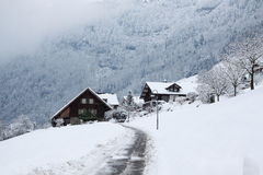 Haus im Winterwald Lizenzfreies Stockfoto
