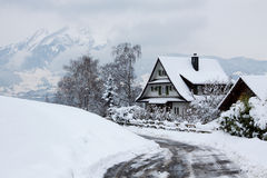 Haus im Winterwald Lizenzfreie Stockfotografie