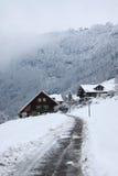 Haus im Winterwald Stockfotos
