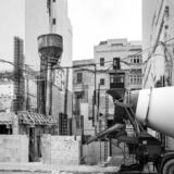 Haus läuft im Bau mit errichtender Ausrüstung in der Front, julianisches St., Malta stockbild