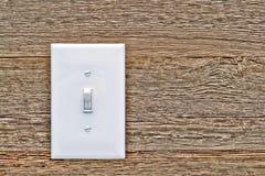 Haus-Licht-Schalter in der Arbeitsstellung auf Holz Stockfoto