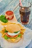 Haus machte Burger auf hölzernem Hintergrund Stockfotos