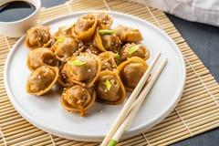 Haus machte chinesisch und koreanische Mehlkl??e dienten auf der traditionellen Dampfer- und Bambusmatte, die mit Sojaso?e verzie lizenzfreie stockfotografie