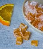 Haus machte orange marmelade auf hölzernem Hintergrund Lizenzfreies Stockfoto