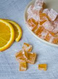 Haus machte orange marmelade auf hölzernem Hintergrund Stockfoto