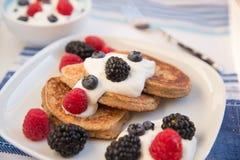 Haus machte Pfannkuchen mit frischen Beeren Lizenzfreies Stockbild