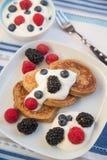 Haus machte Pfannkuchen mit frischen Beeren Stockfoto