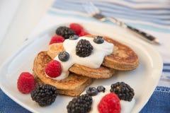 Haus machte Pfannkuchen mit frischen Beeren Stockbild