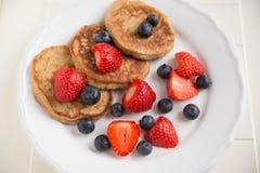 Haus machte Pfannkuchen mit frischen Beeren Lizenzfreies Stockfoto