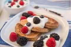 Haus machte Pfannkuchen mit frischen Beeren Lizenzfreie Stockbilder