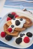 Haus machte Pfannkuchen mit frischen Beeren Stockfotografie