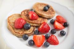Haus machte Pfannkuchen mit frischen Beeren Lizenzfreie Stockfotos