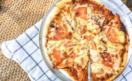 Haus machte Pizza rechtzeitig Mittagspause lizenzfreies stockbild
