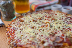 Haus machte Pizzascheiben stockbilder