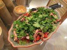 Haus machte thailändischen gebratenen Rindfleisch-Salat mit Lasten von wohlriechenden frischen Korianderblättern Stockfotos