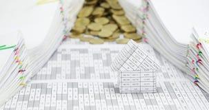 Haus mit Überlauf von Goldmünzen zwischen DokumentenZeitspanne stock footage