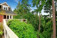 Haus mit übersehender erstaunlicher Landschaft der geräumigen Arbeitsniederlegungsplattform Stockbild