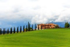 Haus mit Bäumen in Toskana-Landschaft, Italien stockfotos