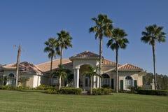 Haus mit Bäumen und Rasen Stockfotos