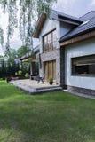 Haus mit Backsteinmauern und Garten Stockfotos