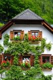 Haus mit Birnenbaum Lizenzfreie Stockfotos