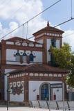 Haus mit blauen Fenstern Stockbild