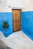 Haus mit blauen Wänden und Holztür Stockbild