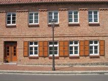 Haus mit Blendenverschlüssen Stockbilder