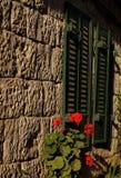 Haus mit Blendenverschlüssen Stockfoto