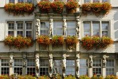 Haus mit Blumen Stockfotos