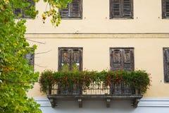 Haus mit Blumen in der Straße Levico Termen, Italien lizenzfreie stockfotos