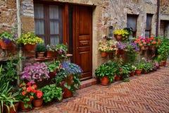 Haus mit Blumen in Toskana lizenzfreie stockbilder
