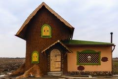 Haus mit dem Blick eines süßen Lebkuchenhauses Stockbilder