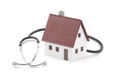 Haus mit dem Stethoskop getrennt auf weißem Hintergrund Stockfoto