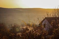 Haus mit dunstigen Hügeln im Hintergrund Lizenzfreies Stockfoto
