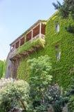 Haus mit einem Balkon überwältigt mit Trauben lizenzfreies stockbild