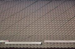 Haus mit einem Dach hergestellt von den festen Blechtafeln, geformt wie ein altes bis Stockfotos
