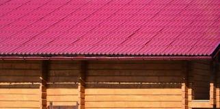 Haus mit einem Dach hergestellt von den festen Blechtafeln, geformt wie ein altes bis Stockfoto